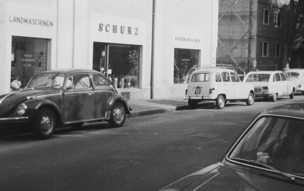 Merangasse 17 um 1975, Autos parken davor.
